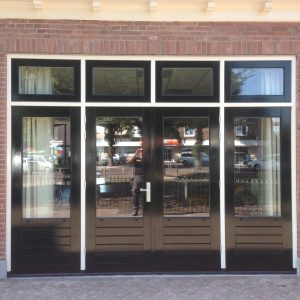 Nieuw kozijn met dubbele openslaande deuren