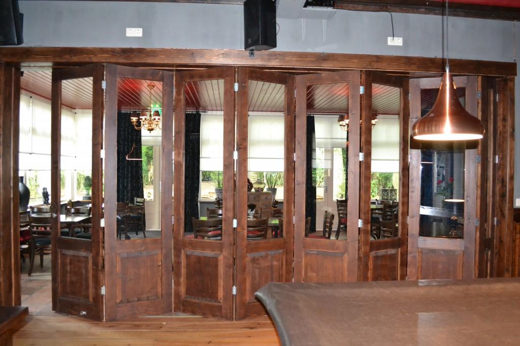 Plaatsen van vouwwand bestaand uit houten deuren