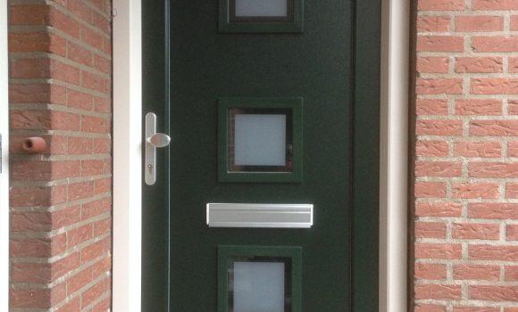 Plaatsen van kunststof voordeur met kozijn