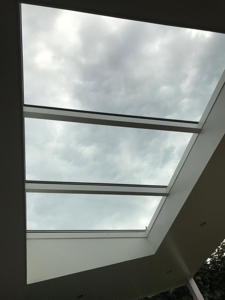 Glazen lichtstraat in overkapping